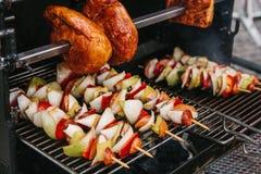 Os espetos com partes de salsichas, cebolas, pimentas são cozinhados em uma grelha em carvões Resto e comer fora Sobre fotografia de stock royalty free