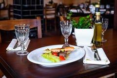 Os espetos dos salmões e do atum com tomates e salada de cereja folheiam Fotografia de Stock