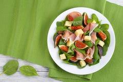 Os espinafres, figos, cortaram o presunto, salada da mussarela Imagens de Stock Royalty Free