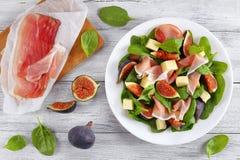 Os espinafres, figos, cortaram o presunto, salada da mussarela Fotografia de Stock Royalty Free