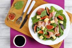 Os espinafres, figos, cortaram o presunto, salada da mussarela Fotos de Stock