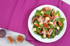 Os espinafres, figos, cortaram o presunto, salada da mussarela Foto de Stock Royalty Free