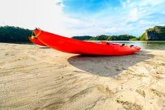 Os esportes da canoa ou do caiaque são populares entre veraneantes do verão Fotografia de Stock Royalty Free