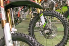 Os esportes que competem motocicletas alinharam a roda honesto com raios amarelos Imagem de Stock