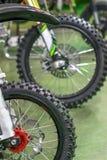 Os esportes que competem motocicletas alinharam a roda honesto com raios amarelos Fotografia de Stock