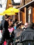 Os esquiadores apreciam o almoço fora Imagens de Stock