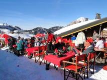 Os esquiadores apreciam seu almoço em um dia ensolarado Fotografia de Stock Royalty Free