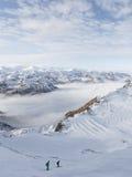 Os esquiadores descem um monte íngreme Fotografia de Stock Royalty Free