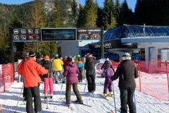 Os esquiadores e a estação afortunada-Vyhliadka do cabo aéreo em Jasna Low Tatras fotografia de stock
