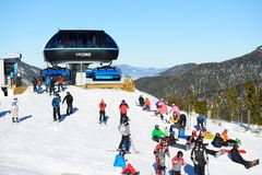 Os esquiadores e a estação do cabo aéreo em Jasna Low Tatras Fotos de Stock
