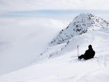 Os esquiadores e os snowboarders que montam em um esqui inclinam-se Imagens de Stock Royalty Free