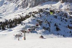 Os esquiadores em elevadores de esqui em Val Gardena Ski recorrem, Sellaronda Imagens de Stock