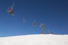 Os esquiadores em elevadores de esqui em Val Gardena Ski recorrem, Sellaronda Fotografia de Stock Royalty Free