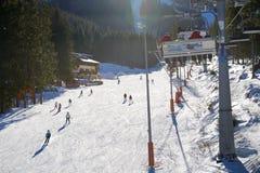Os esquiadores estão em Biela puseram a inclinação em Jasna Low Tatras imagens de stock royalty free
