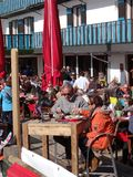Os esquiadores franceses do feriado relaxam em um restaurante exterior Fotografia de Stock
