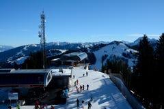 Os esquiadores no elevador de esqui cobrem estações Wagrain e Alpendorf próximos Fotografia de Stock Royalty Free
