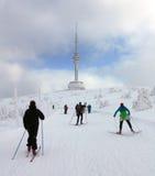 Os esquiadores no ot da maneira montam Praded - Jeseniky Fotos de Stock Royalty Free