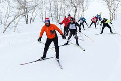 Os esquiadores que correm na trilha do esqui na floresta Todo-Rússia do inverno reunem a raça de esqui - Ski Track de Rússia Fotografia de Stock