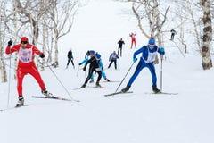 Os esquiadores que correm na trilha do esqui na floresta Todo-Rússia do inverno reunem a raça de esqui - Ski Track de Rússia Fotos de Stock