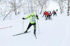Os esquiadores que correm na trilha do esqui na floresta Todo-Rússia do inverno reunem a raça de esqui - Ski Track de Rússia Foto de Stock Royalty Free