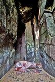 Os estratos verticais em um sopro furam espalhado com seixos e rochas Fotos de Stock