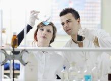 Os estudantes acoplam-se no laboratório fotografia de stock royalty free