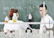 Os estudantes acoplam-se no laboratório Foto de Stock Royalty Free
