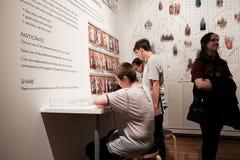 Os estudantes apreciam o estudo interativo da cor em Portland Art Museum fotografia de stock royalty free