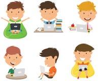 Os estudantes aprendem e fazem trabalhos de casa pelo computador foto de stock