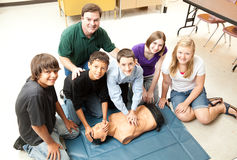 Os estudantes aprendem o CPR Fotos de Stock Royalty Free