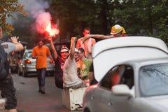 Os estudantes bêbados do russo comemoram a graduação da universidade montando no refrigerador unido a um carro Fotografia de Stock
