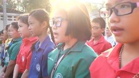 Os estudantes cantam o hino nacional filme