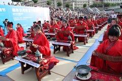 Os estudantes chineses e estrangeiros com uma bênção do hanfu recolheram na torre de pulso de disparo na cerimônia Imagens de Stock Royalty Free