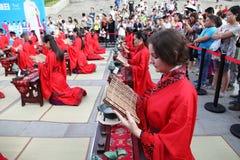 Os estudantes chineses e estrangeiros com uma bênção do hanfu recolheram na torre de pulso de disparo na cerimônia Fotografia de Stock Royalty Free