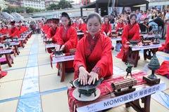 Os estudantes chineses e estrangeiros com uma bênção do hanfu recolheram na torre de pulso de disparo na cerimônia Fotografia de Stock