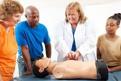 Os estudantes do ensino para adultos aprendem o CPR Fotos de Stock