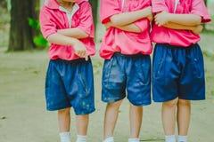 Os estudantes do jardim de infância estão exercitando fotos de stock royalty free
