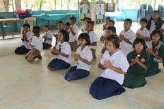 Os estudantes estão rezando fotografia de stock