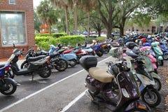 Os estudantes estacionam seus 'trotinette's na universidade de Florida Imagens de Stock