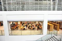 Os estudantes estudam junto na biblioteca multilevel Imagem de Stock Royalty Free