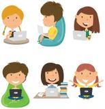 Os estudantes felizes aprendem e fazem trabalhos de casa pelo computador imagem de stock