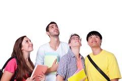 Os estudantes felizes do grupo olham acima Imagens de Stock