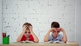Os estudantes leram um livro na classe video estoque