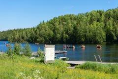Os estudantes nos barcos foram acampar na ilha de Solovki foto de stock