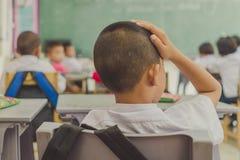 Os estudantes novos estão estudando na sala de aula fotografia de stock