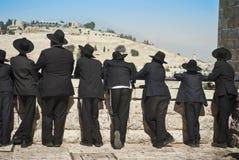 Os estudantes ortodoxos do judeu de Yeshivah estão na frente da parede ocidental Jerusalem, cidade velha 14 DE JULHO DE 2010 Fotos de Stock Royalty Free