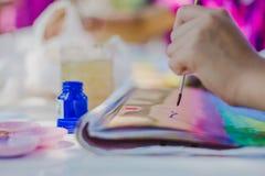 Os estudantes praticam pintar o cenário usando cores de cartaz Fotos de Stock Royalty Free