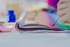 Os estudantes praticam pintar o cenário usando cores de cartaz Fotos de Stock