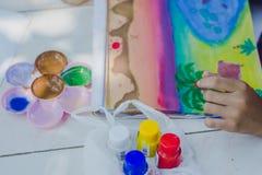 Os estudantes praticam pintar o cenário usando cores de cartaz Fotografia de Stock Royalty Free