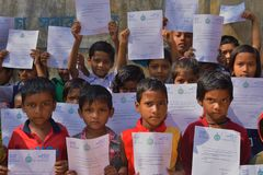 Os estudantes preliminares mostram suas letras dos cumprimentos que foram enviadas pelo ministro principal de Bengal ocidental a  foto de stock